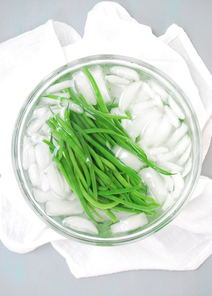 Spicy Green Beans with Crushed Macadamia Nuts_
